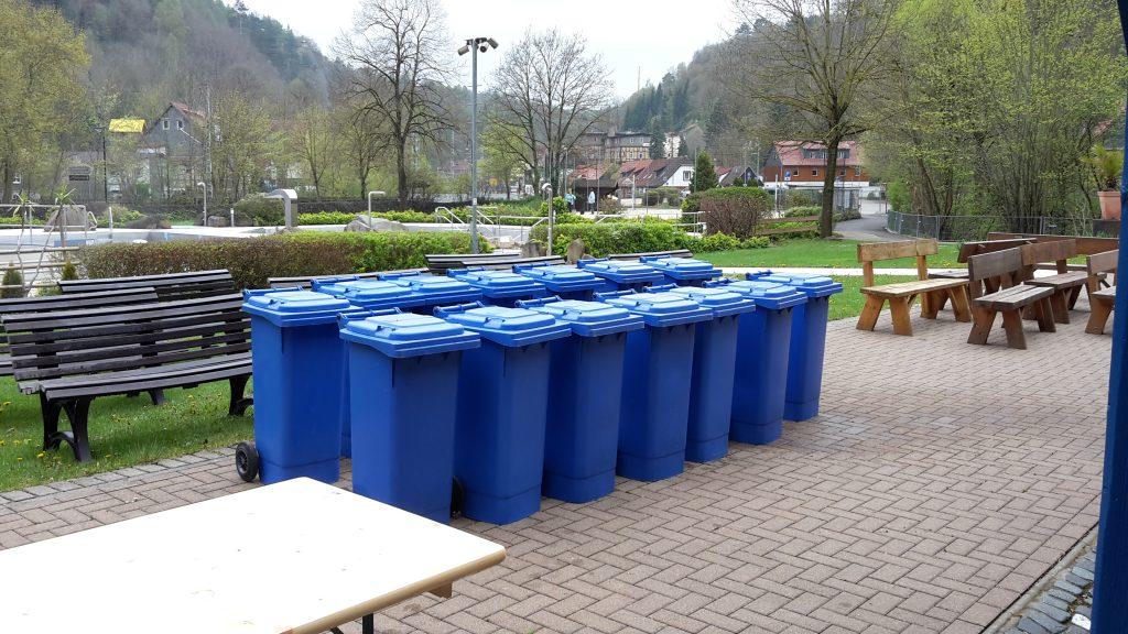 Die blauen Tonnen sammeln Tag für Tag den Müll
