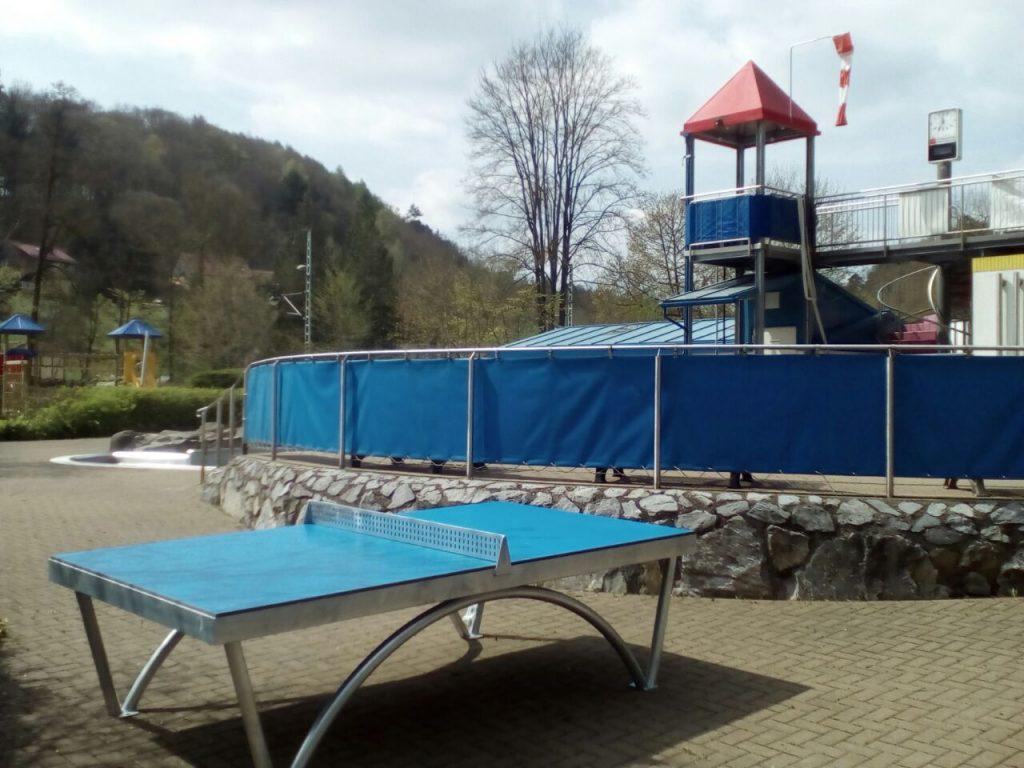 Dank Harzer Volksbank steht im Freibad jetzt eine niegelnagelneue Tischtennisplatte